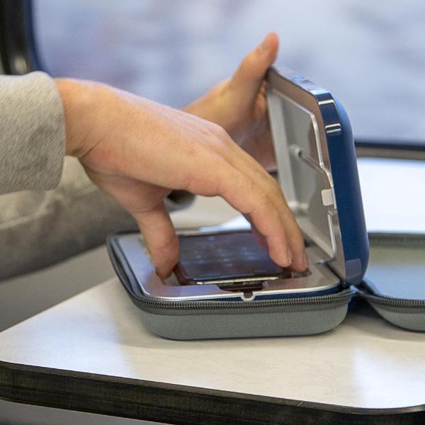 Điện thoại bẩn hơn cả bồn cầu ư? Đừng lo vì đã có máy diệt khuẩn chuyên dụng cho smartphone - Ảnh 4.