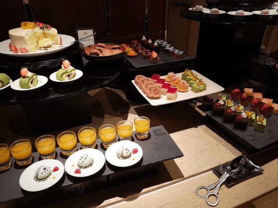 Bên cạnh quầy buffet tôm hùm là quầy thức ăn nhanh và trái cây.