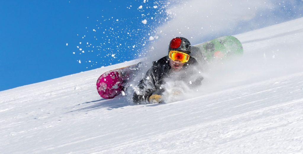 Caída aparatosa de un snowboarder