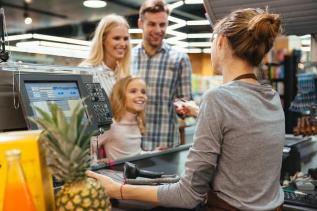 Família feliz, pagando com cartão de crédito Foto gratuita