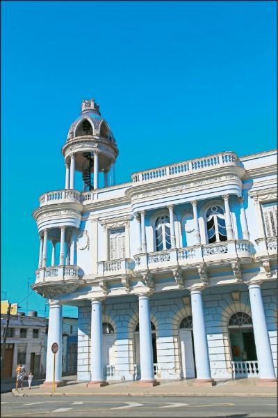 文化宮是座淡藍色的美麗建築。