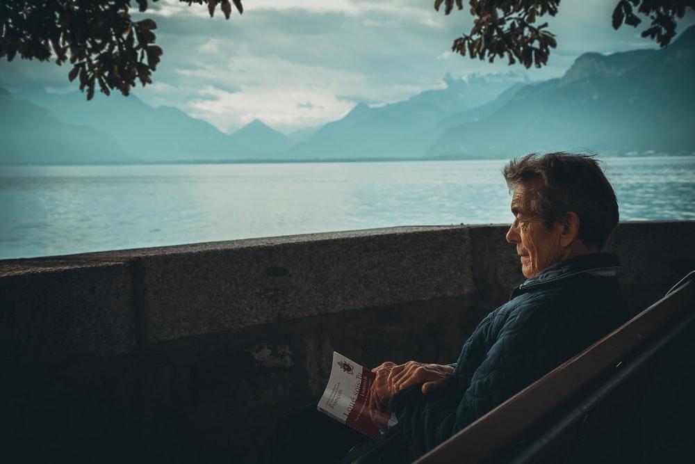 Anciano feliz con su retiro de afores