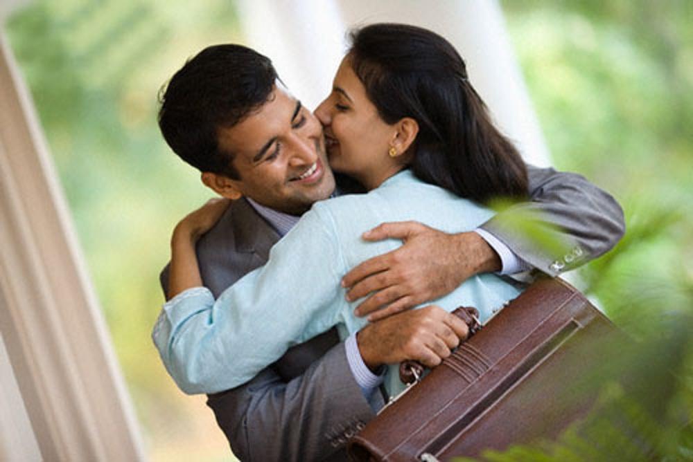 Để có được hạnh phúc gia đình thì vợ chồng phải yêu thương lẫn nhau.
