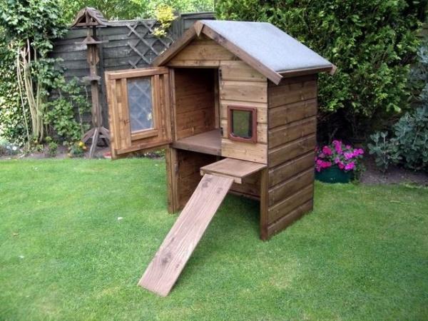 Домик для кошки во дворе