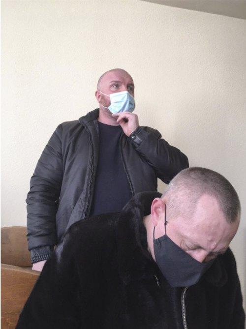 Обвинувачений Сергій Костенко і його адвокат у засіданні 10.03.2021