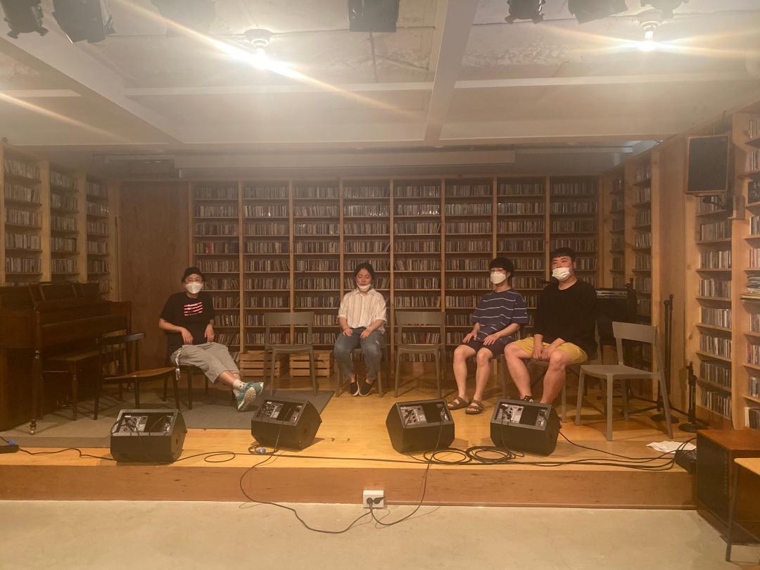 사진2. 2차 답사에서의 무대 사진. 수어통역사 3인, 출연자 4~5인이 앉을 공간이 되는지 살펴보기 위해 서울인권영화제의 레고, 심지, 명과 수어통역사로 함께 했던 한국농인LGBT의 보석이 무대 위에 의자를 펼쳐놓고 앉아있다.