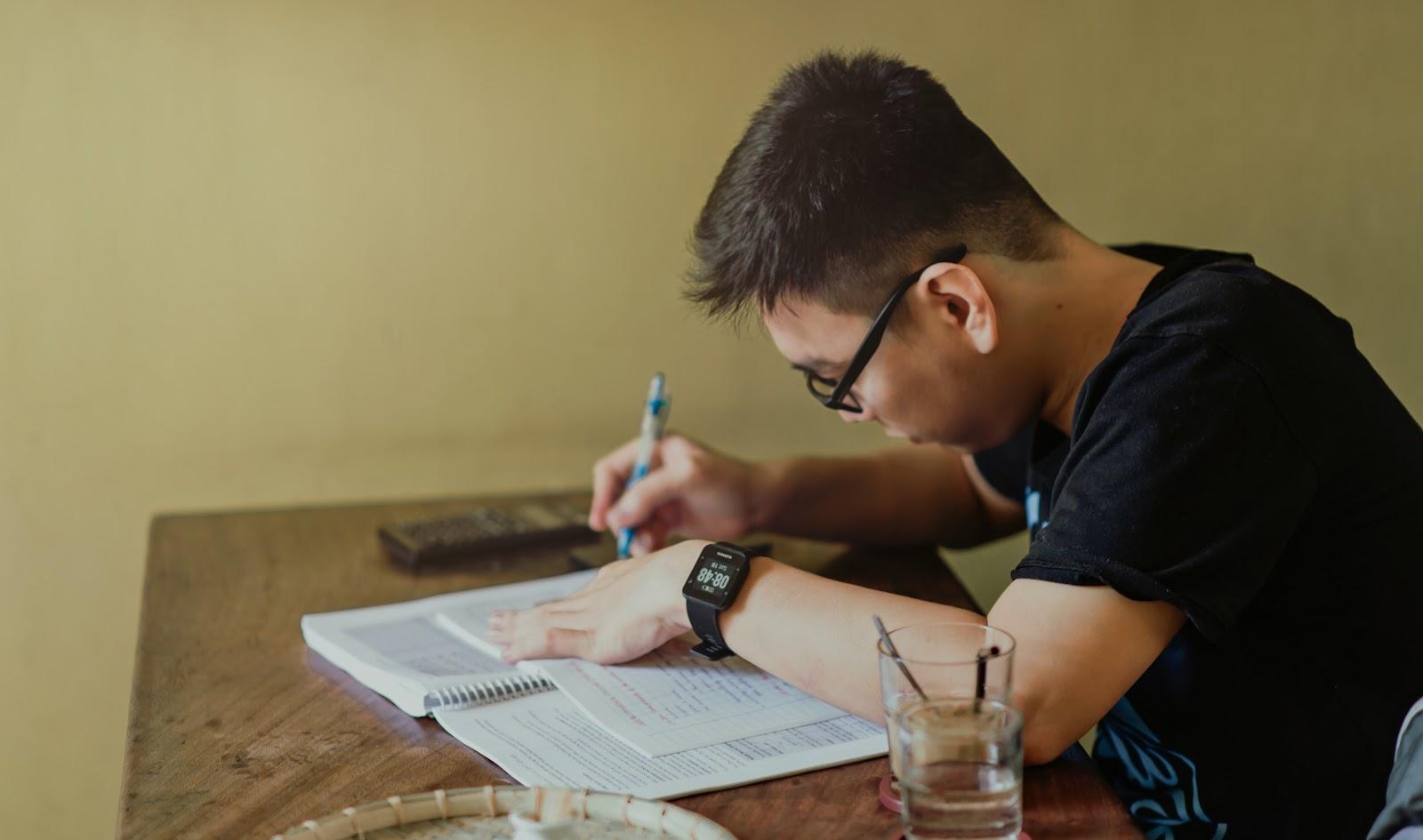 Praticar a escrita te ajuda a obter melhores resultados! (Fonte: Min An/Pexels)