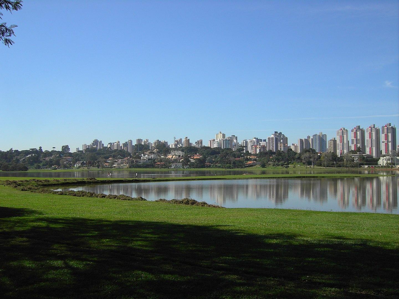 Parque Barigui, inaugurado no primeiro mandato de Jaime Lerner, é uma das principais áreas verdes de Curitiba (Imagem: Wikimedia Commons)