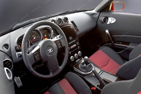 Nissan 350Z's interior design - the front-seats view