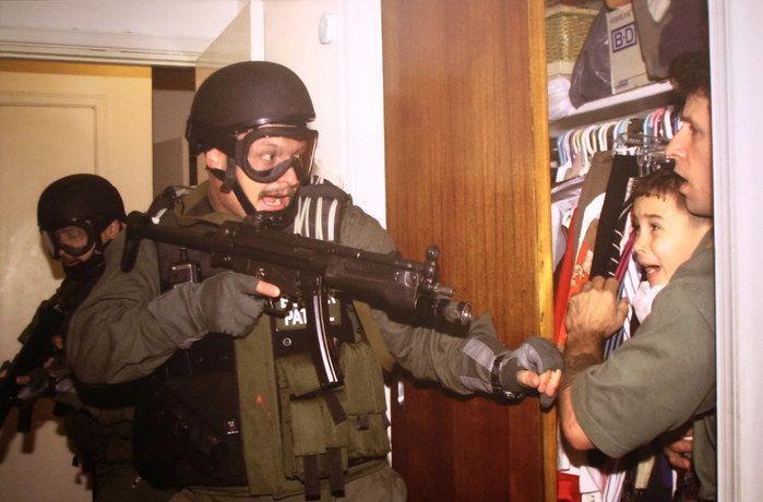 當年美國武裝特務闖進岡薩雷斯在邁阿密的住所將人帶走,岡薩雷斯(右2)驚恐地看著武裝特務的著名照片獲得了普利茲獎。(photo by Flickr)