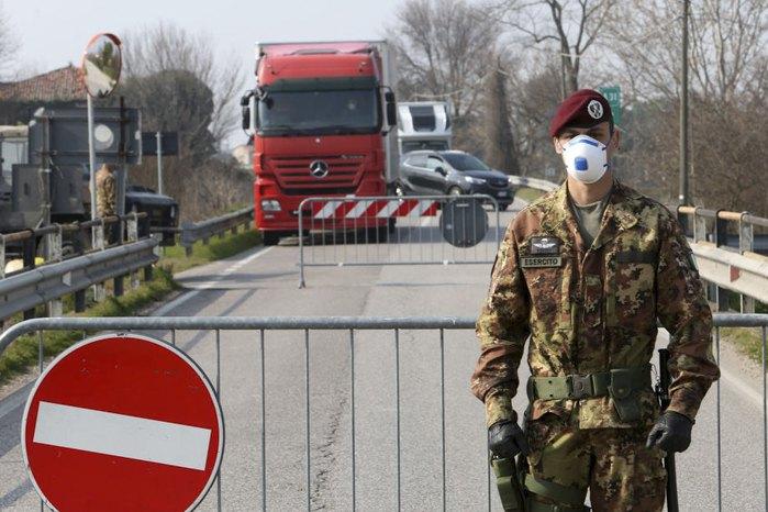 Офицер итальянской армии на контрольно-пропускном на въезде в г.Падуя, северная Италия, 24 февраля 2020.