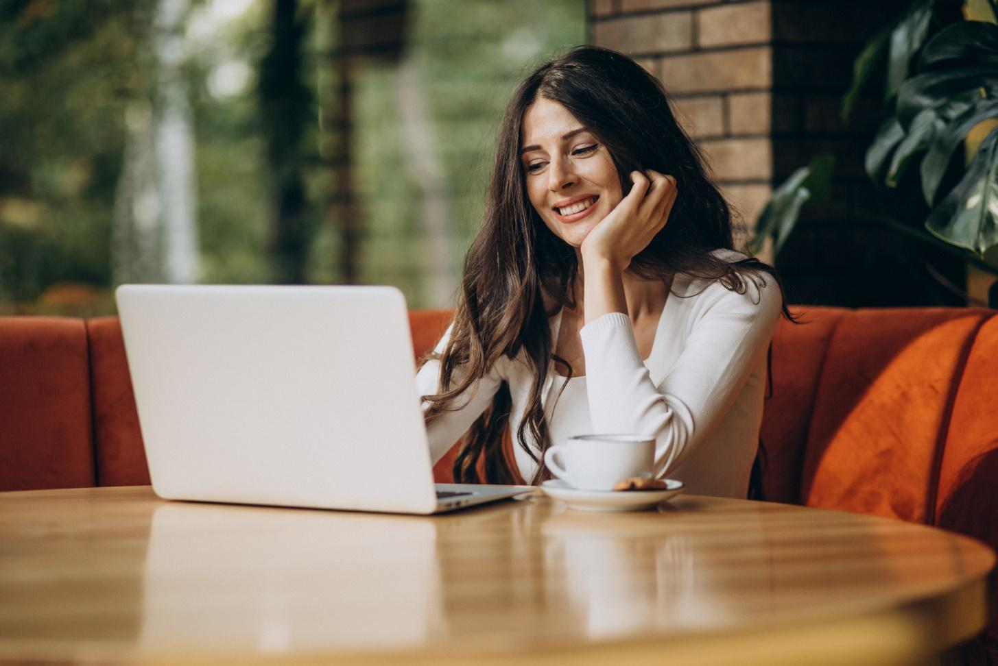 young-beautiful-business-woman-working-computer-cafe