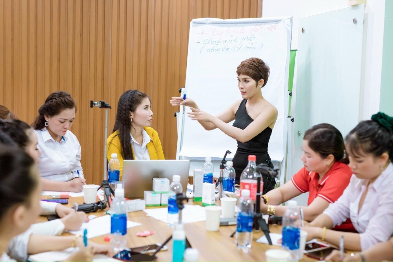 CEO Trần Thị Kim Liên trong một khóa đào tạo học viên