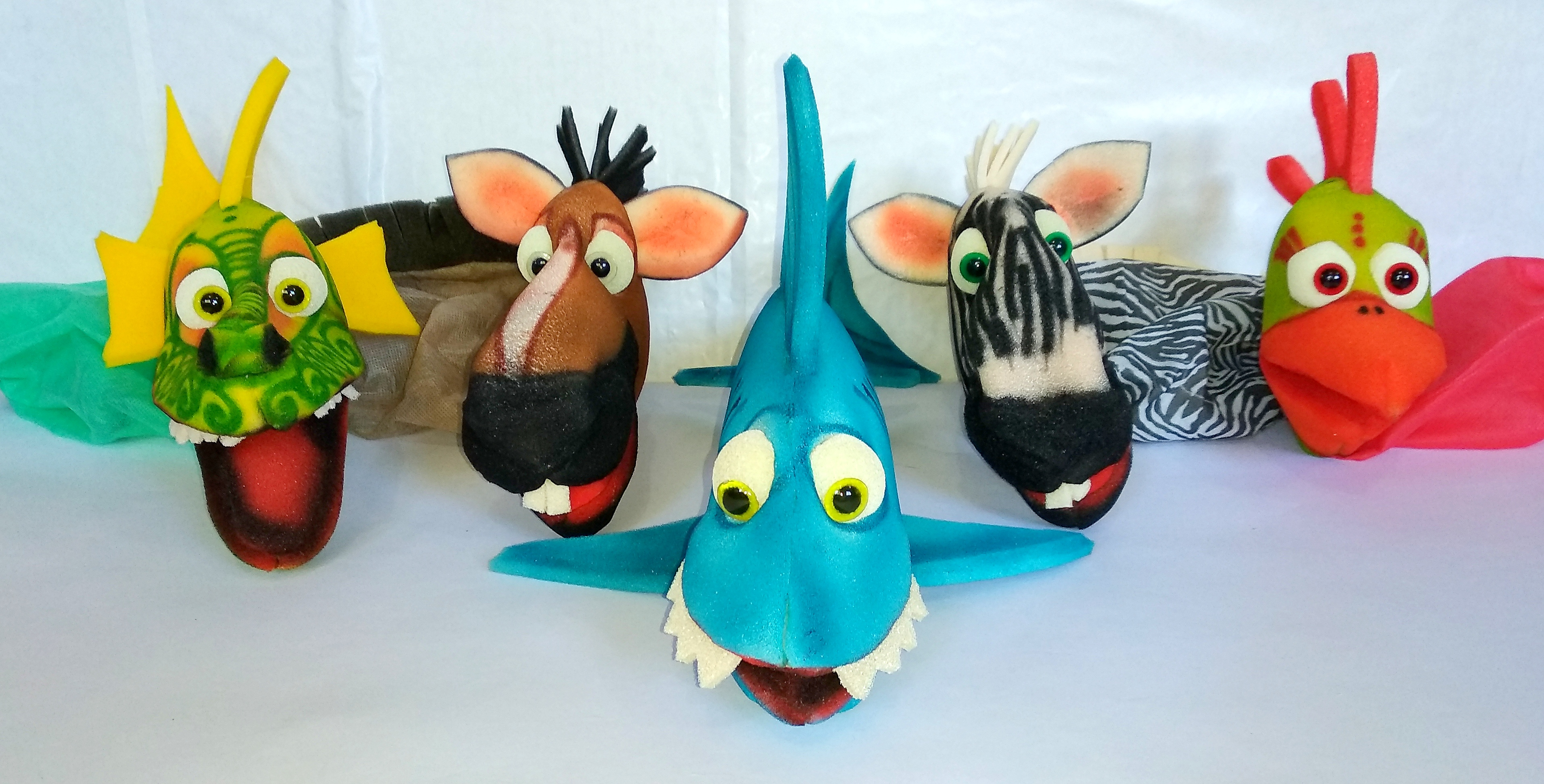 Títeres de goma espuma y manga de tela. Animalitos: Dragón (17x45 cm), Caballo (18x34 cm), Tiburón (20x47 cm), Cebra (22x36 cm) y Gallo (22x34 cm).