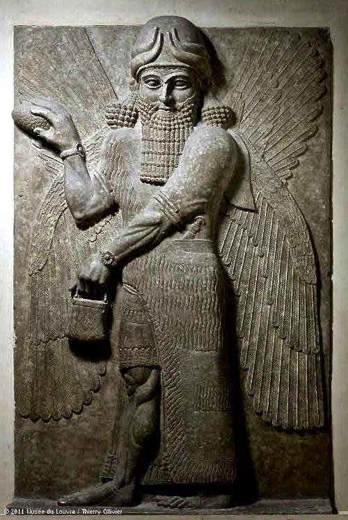 Escultura de assírio com vestimenta real de macramê.