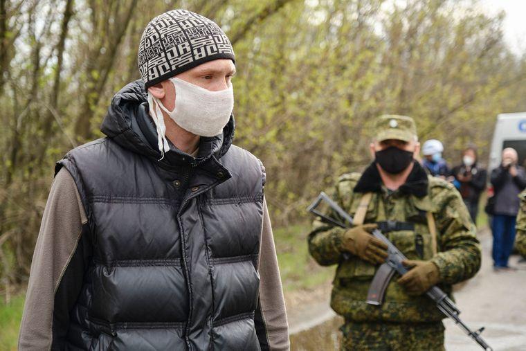 Освобожденный из плена боевиков самопровозглашенной «ДНР» украинец возвращается на подконтрольную Украины территорию в день очередного обмена пленных неподалеку оккупированной Горловки, Донецкая область, 16 апреля 2020 года