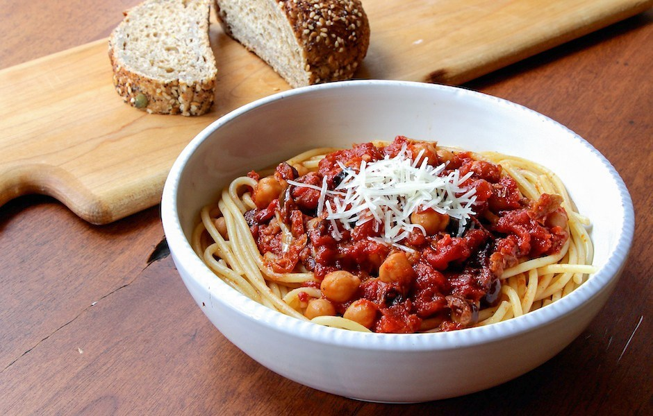 Spaghetti and chick peas with a side of bread