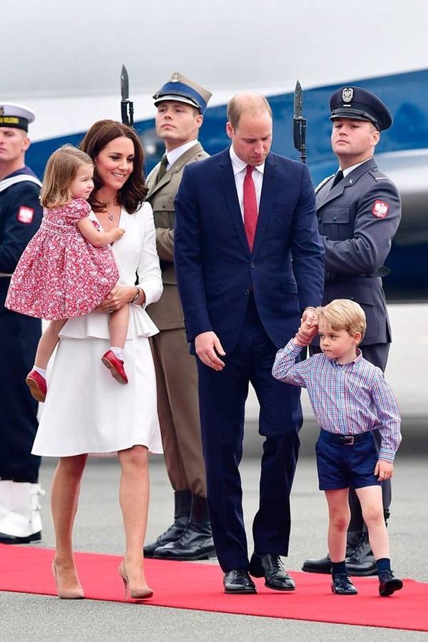 Dlaczego Brytyjska księżniczka Kate regularnie kupuje dla swoich dzieci ubrania dziecięce od tanich  - 7
