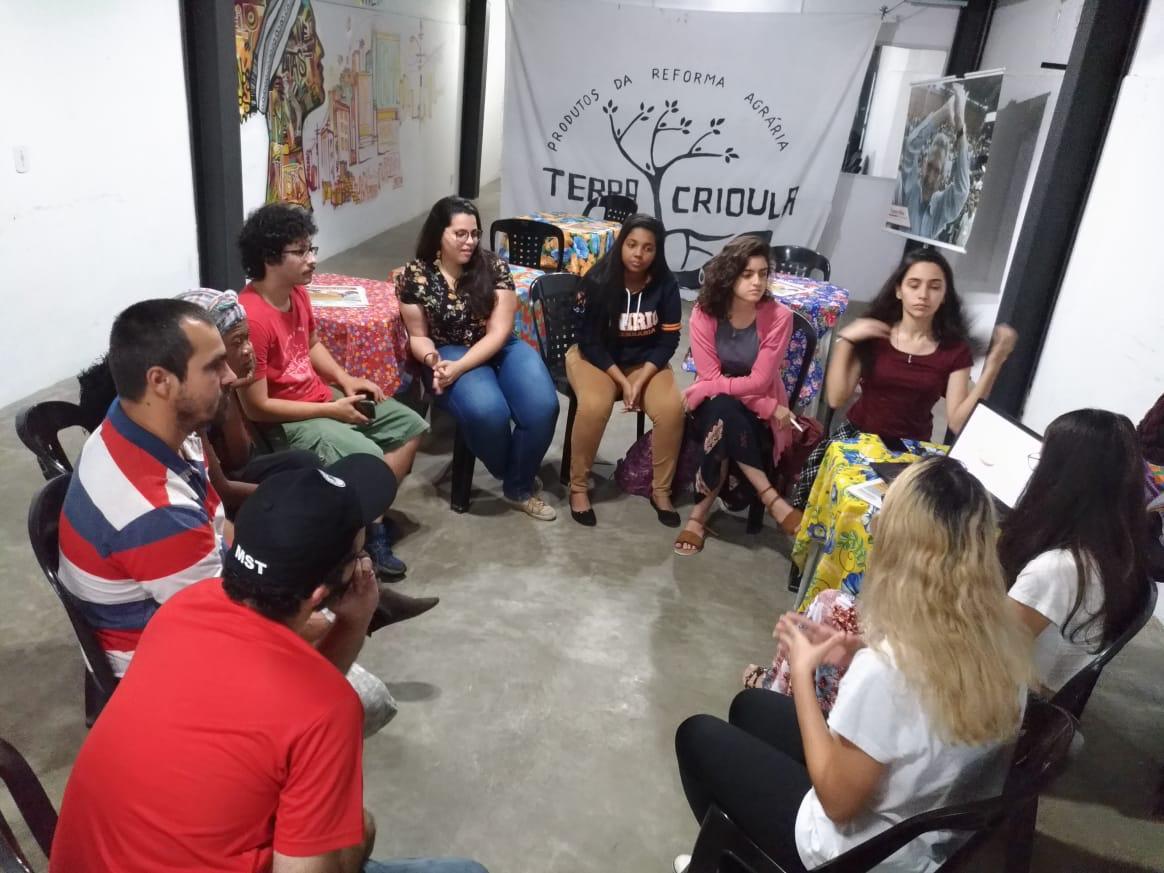 Foto 3: Integrantes do CaCi reunidos com militantes do Espaço de Comercialização Terra Crioula pensando em soluções para as demandas apresentadas.