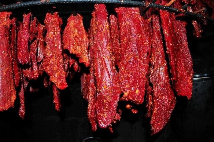 Thịt được tẩm ướp gia vị khoảng 2 tiếng thì sẽ được mang ra gác bếp, hun khói