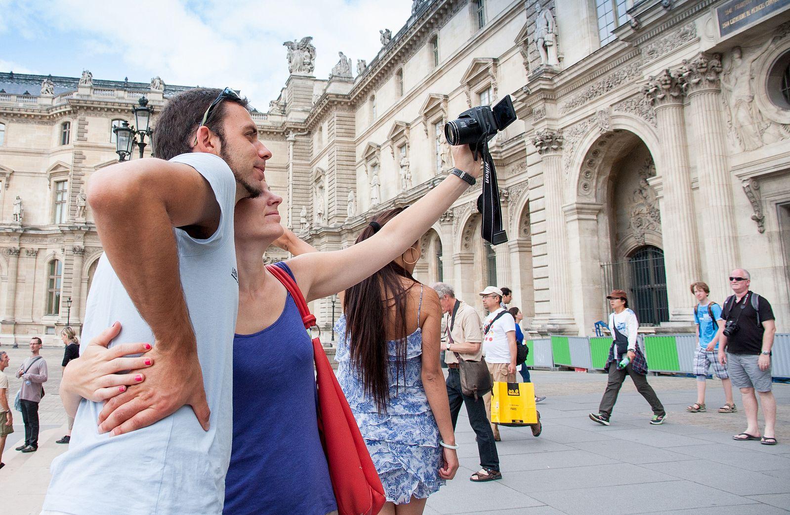 Selfie,_Cour_Napoléon,_Musée_du_Louvre_2014.jpg