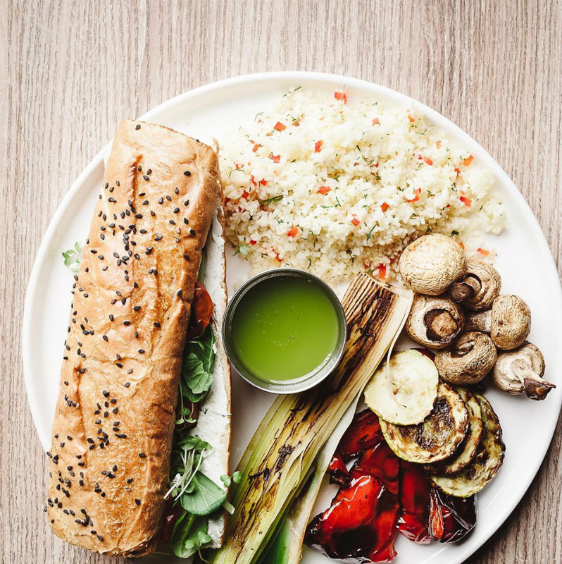 Кус-кус с овощами на гриле, вяленым томатом и домашним багетом с крем фетой – 156 грн, 600 г – как вам такой ланч в Cooper Burgers?