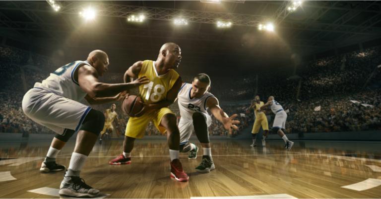 Jugadores de baloncesto pelean por la posesión