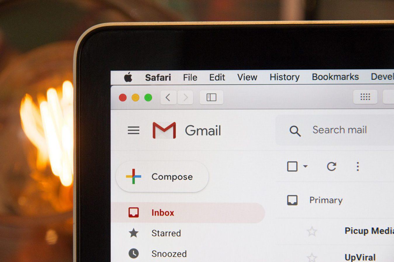Skrzynka odbiorcza Gmail na ekranie laptopa