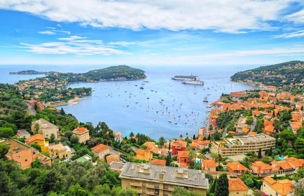 Paseo en Niza. Para que sea más fácil ver el mar azul-azul y que pasa a lo largo de los coches deportivos de la línea de costa, se gira la cámara de lado a lado.