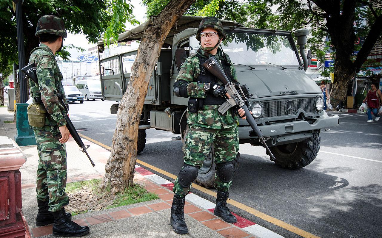 2014_0526_Thailand_coup_Chang_Phueak_Gate_Chiang_Mai_02.jpg