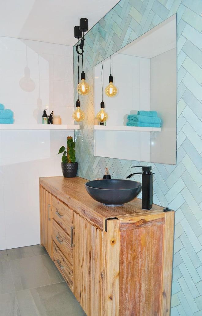 """Biến phòng tắm thành """"tổ chill"""" không khó nếu bạn biết đến 15 món đồ trang trí vừa xinh xẻo lại gọn gàng thế này - Ảnh 1."""