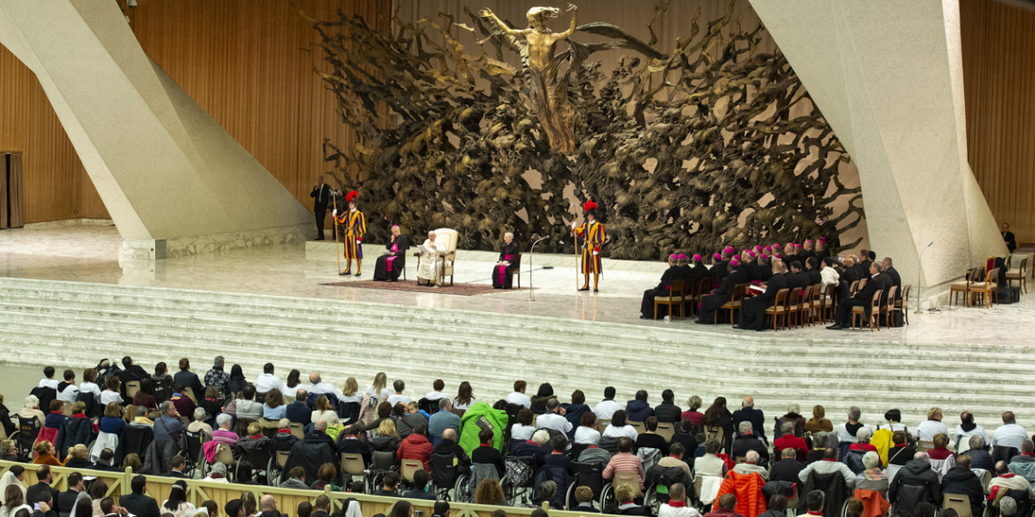 Bức điêu khắc nhìn đáng sợ phía sau đức Giáo hoàng là gì?