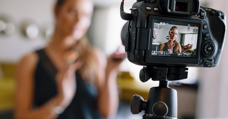 mulher na frente da câmera para ganhar dinheiro com youtube