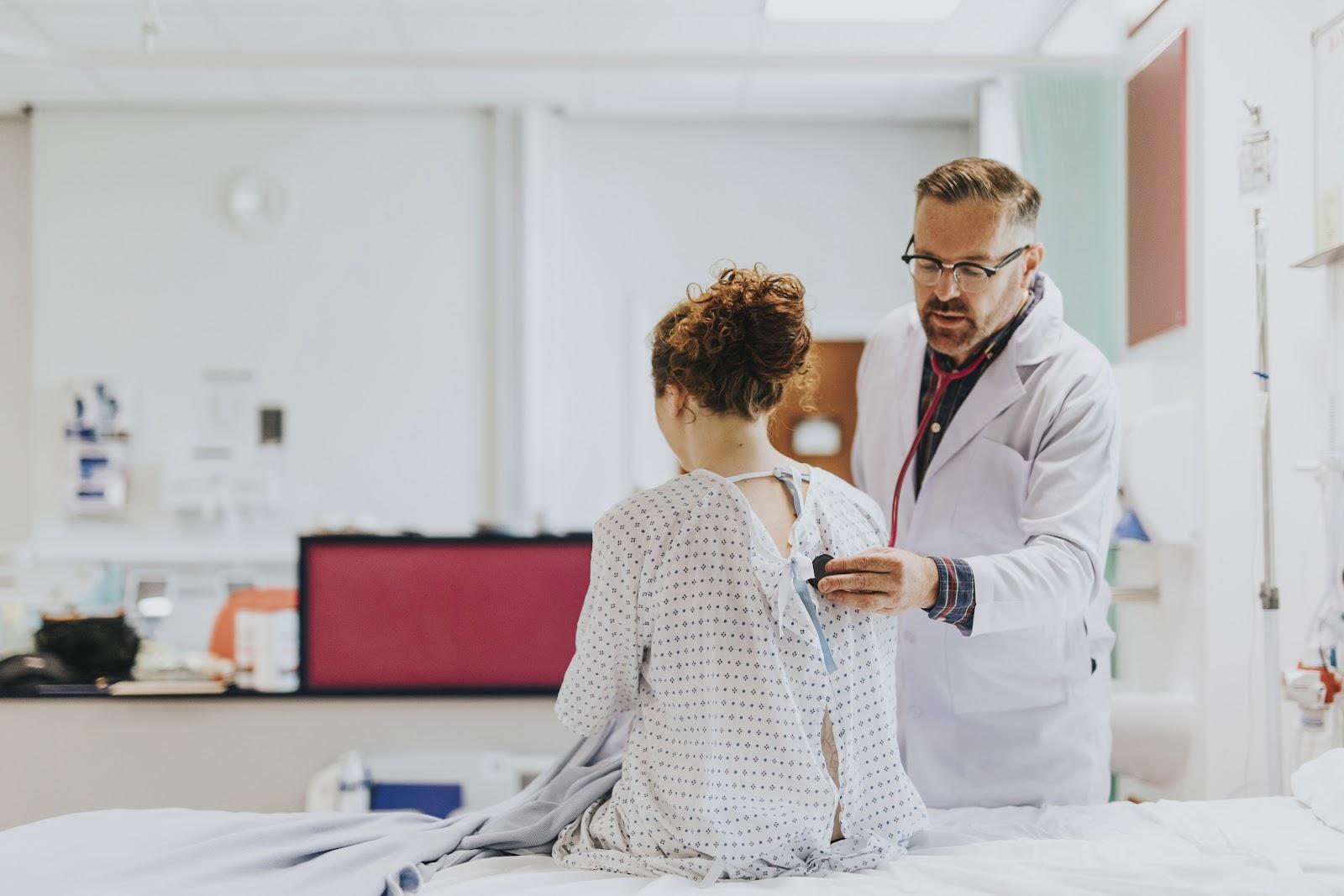 Um médico examinando uma paciente.