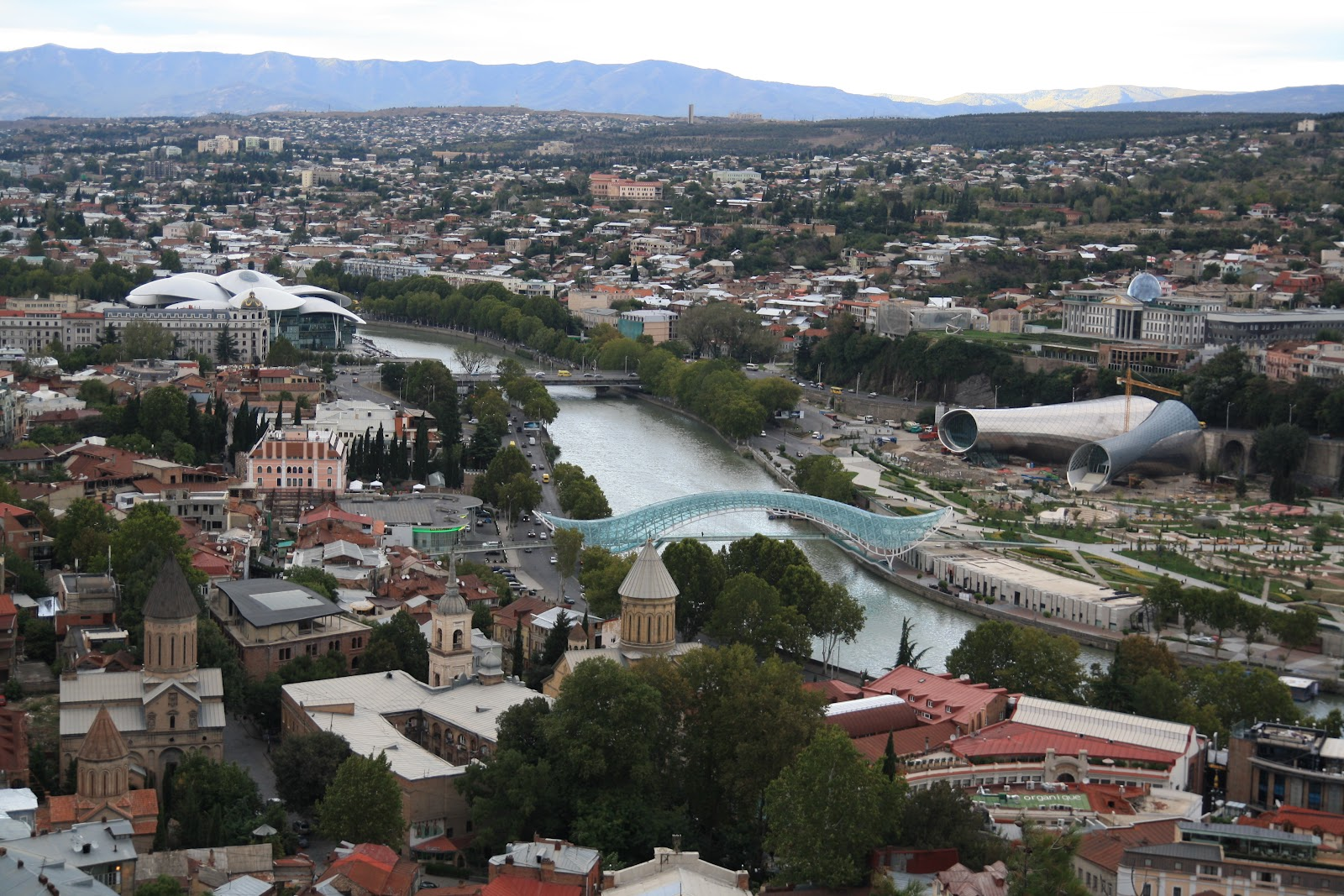 сучасні споруди в Тбілісі