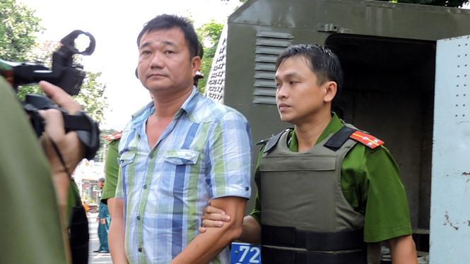 """Nam """"beo"""", trùm giang hồ Vũng Tàu bị áp giải về nơi khám xét - Ảnh: Nguyễn Long"""