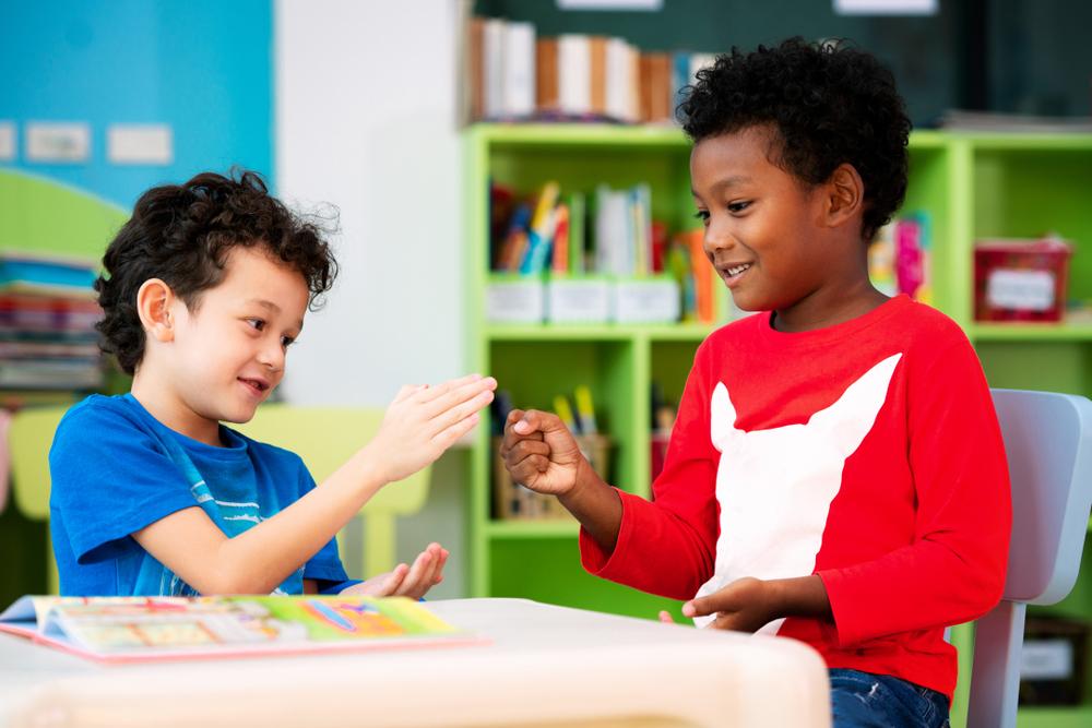 Crianças brincando com jogos em dupla