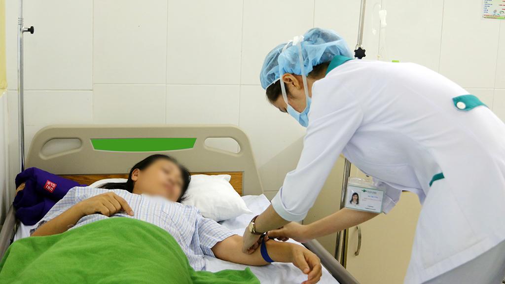 Nhanh chóng đưa bệnh nhân đến bệnh viện gần nhất để được điều trị