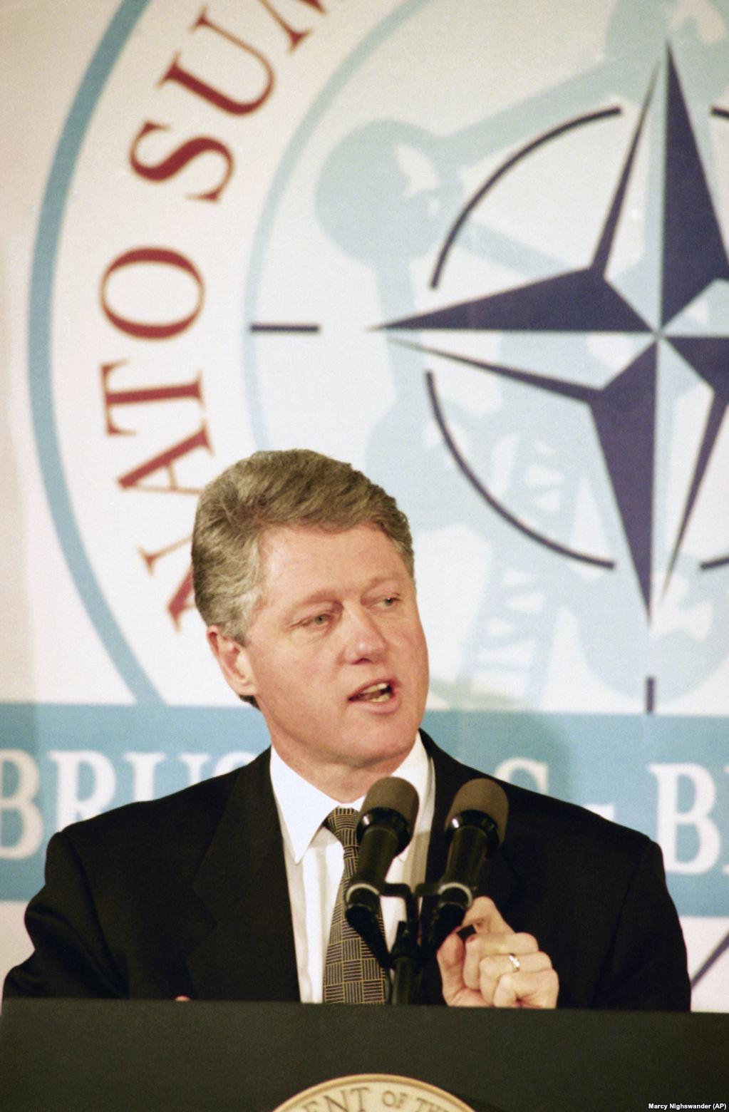 Президент США Білл Клінтон оголошує про домовленість між США, Росією і Україною на прес-конференції в Брюсселі 10 січня 1994 року. Він каже, що Україна погодилася знищити всі стратегічні ядерні запаси, треті за величиною в світі, на своїй території