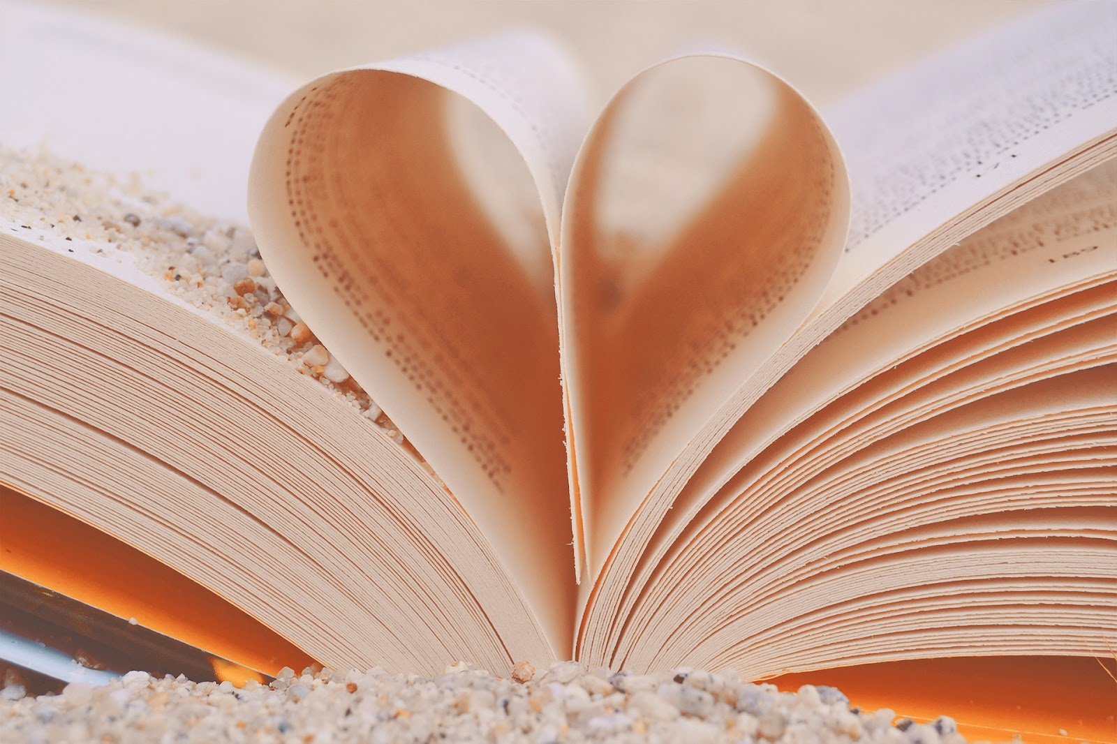 ספר פתוח באמצע דף מקופל בצורת לב