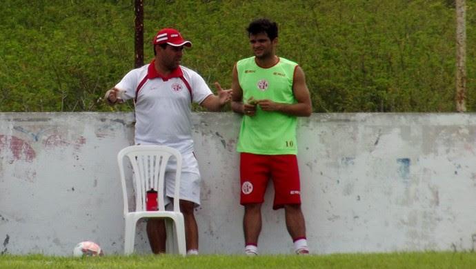 Leandro Sena, técnico do América-RN, e Norberto, lateral-direito do América-RN (Foto: Jocaff Souza)