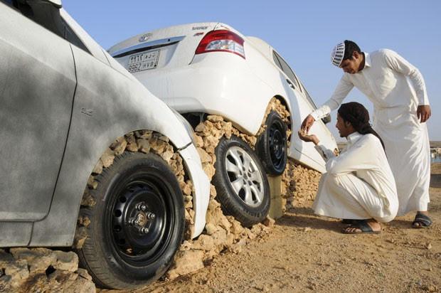Jovens montam seus carros em pedras na cidade saudita de Duba  (Foto: Mohamed Al Hwaity/Reuters)