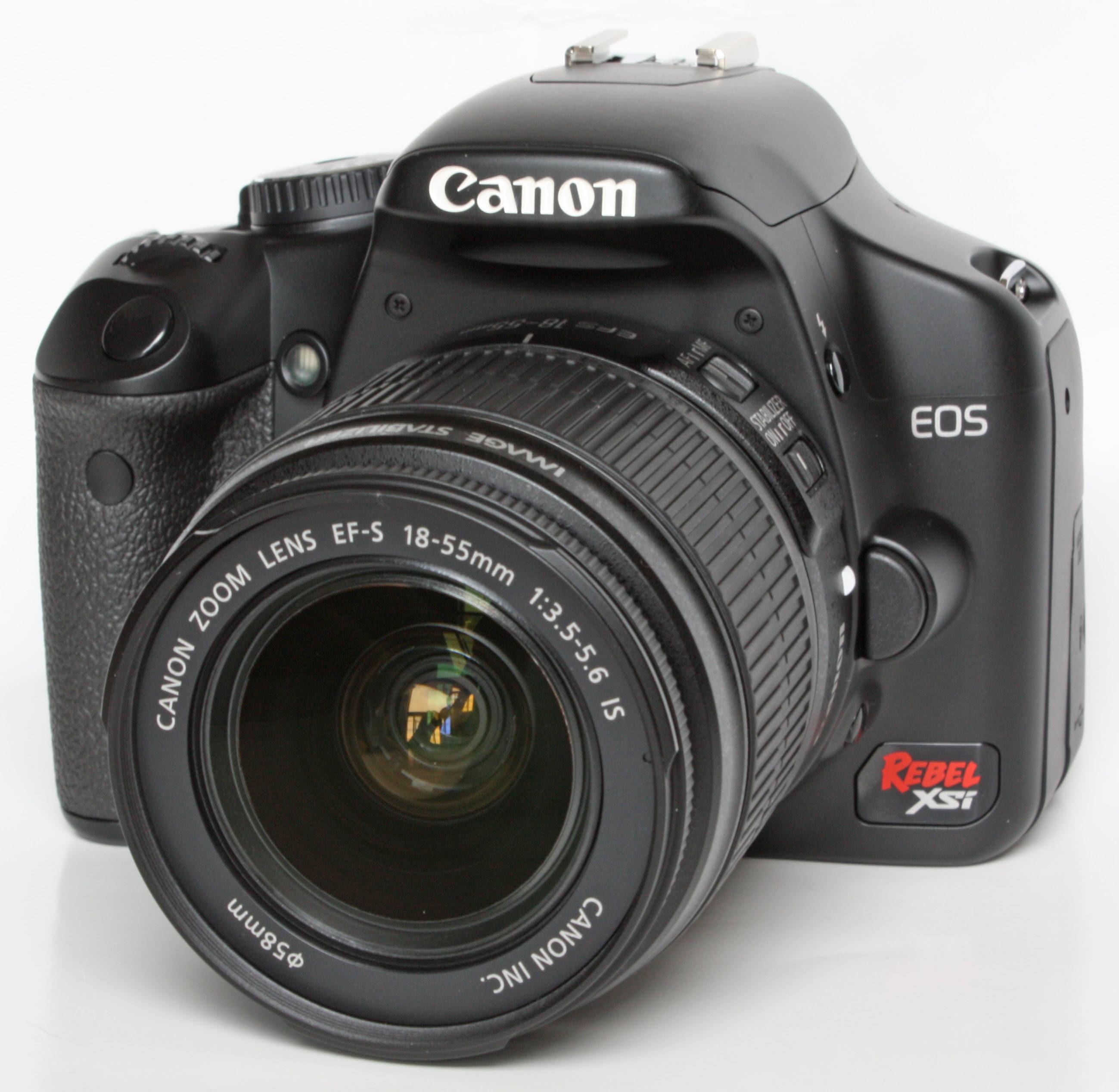 Canon Digital Rebel XSi с присоединённым объективом Canon EF-S 15-55 mm f/3.5-5.6 IS. Фото: Wikipedia