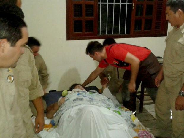 Kalina Leão foi levada para casa com ajuda de bombeiros em Natal (Foto: Corpo de Bombeiros/Divulgação)