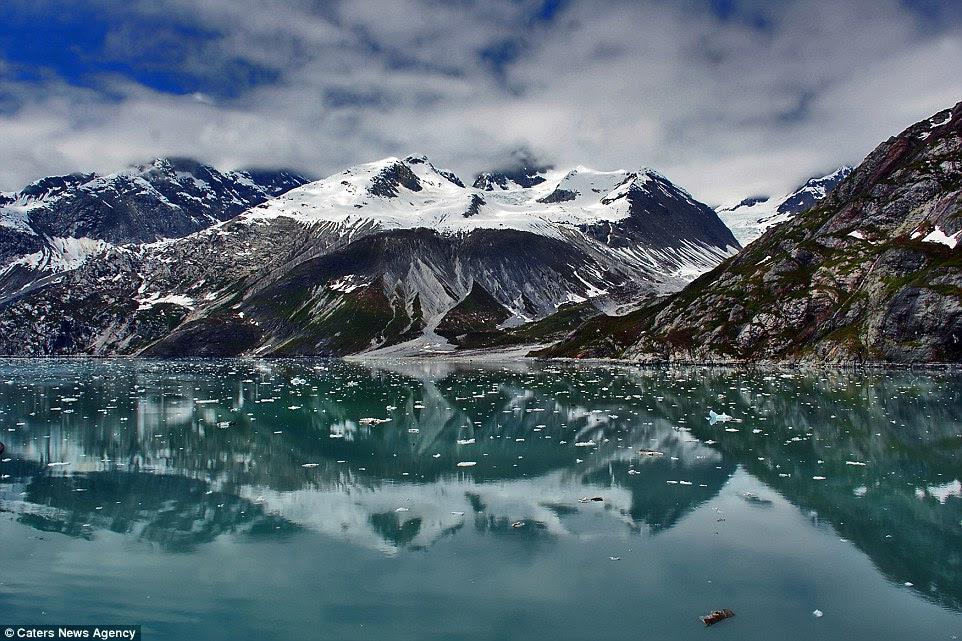 Glacier Bay en Alaska Parc national et réserve en pointillés avec de la neige ressemble à une scène d'un film