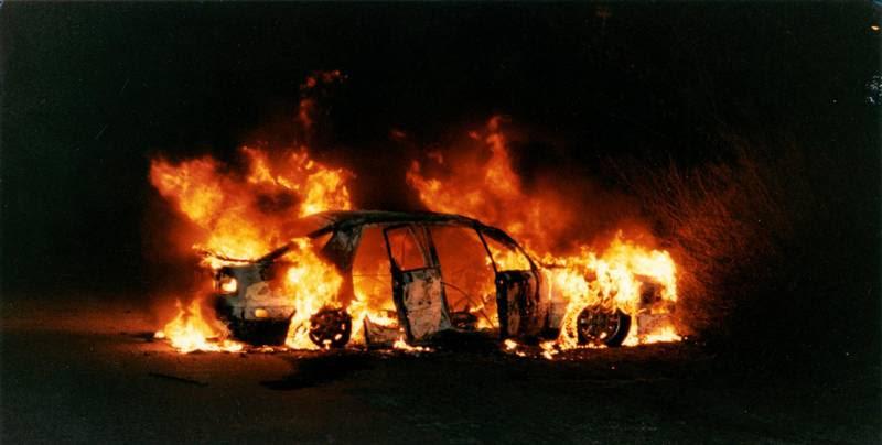 Denne stjålne Mitsubishi blev sat i brand et par kilometer fra Fort Snoldelev kort efter angrebet. Det er standardprocedure i rockerkredse at slette spor. (Foto: Henrik Larsen)