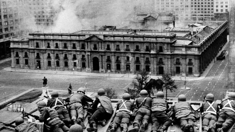 11 de septiembre de 1973. Soldados custodian desde una azotea el Palacio de la Moneda. Los patios interiores ya arden por los bombardeos.