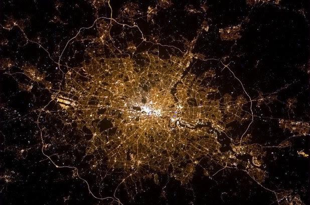 http://i2.cdnds.net/13/06/618x410/odd_london_night_space.jpg