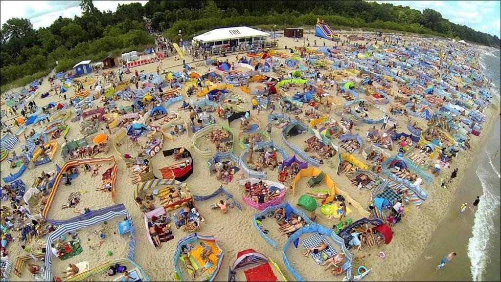 Separadores de espaço na praia, uma tradição polonesa 01
