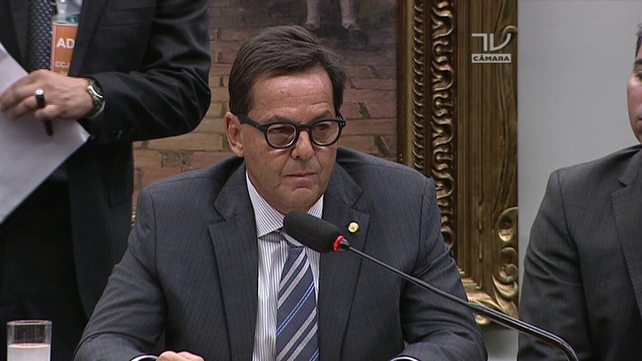 Sergio Zveiter tenta começar a ler seu parecer, mas é interrompido por outros deputados